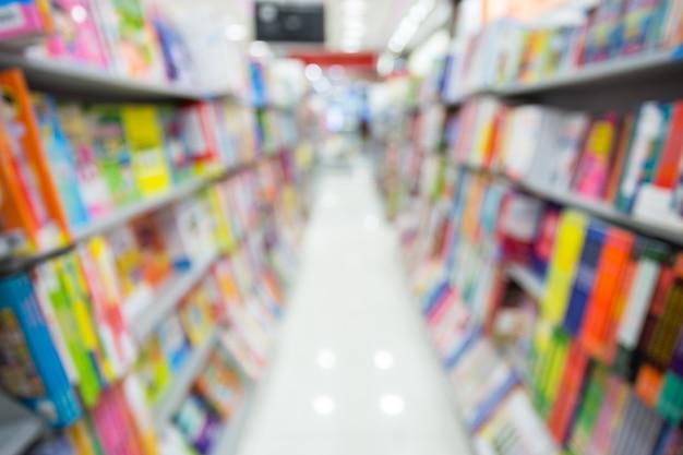 Fundo abstrato de bokeh nos compartimentos da prateleira no supermercado.