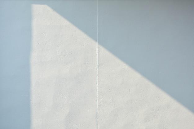 Fundo abstrato de uma parede branca com sombras