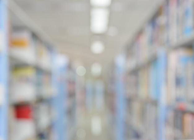Fundo abstrato desfocado das estantes e do interior da biblioteca da faculdade ou universidade com livros e literatura