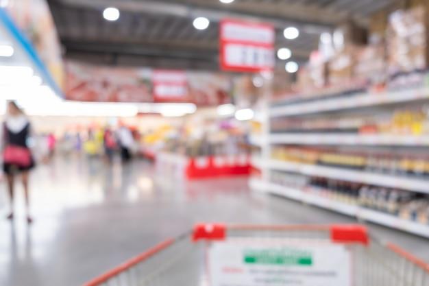 Fundo abstrato do borrão dentro do supermercado. carrinho e compras no conceito de supermercado.