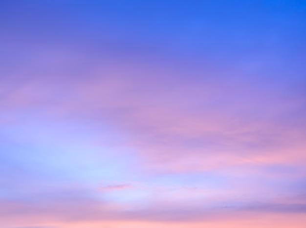 Fundo abstrato do céu crepuscular em foco suave