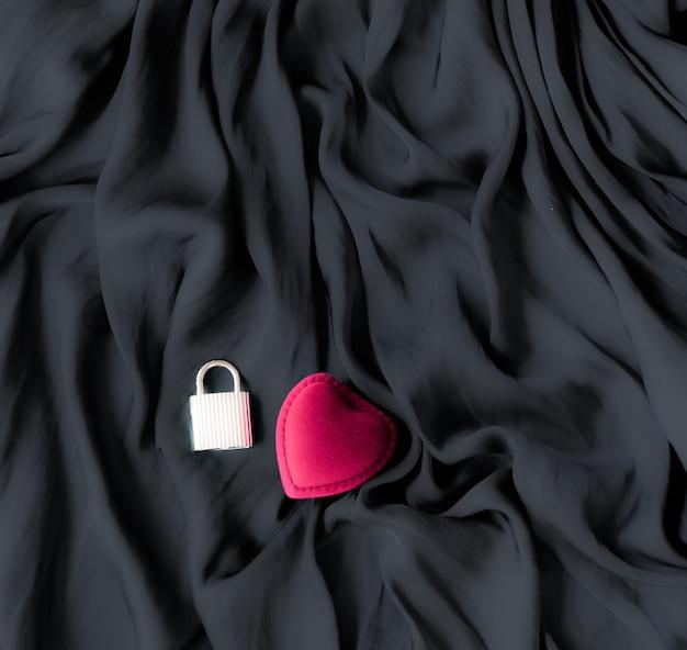 Fundo abstrato do dia dos namorados, caixa de presente de joias em forma de coração em pano de fundo de seda, presente romântico de namoro e noivado, design de férias de marca de luxo