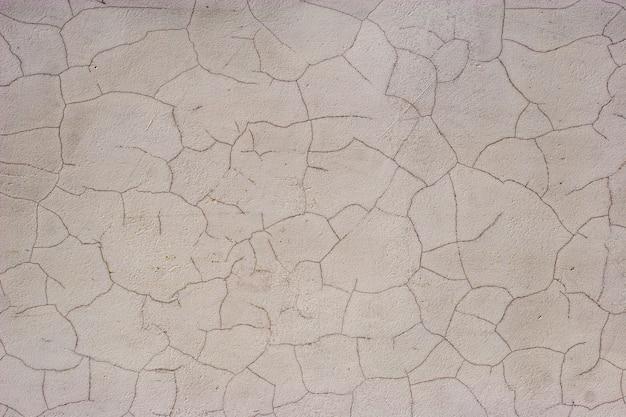 Fundo abstrato do grunge. estuque branco velho rachado. parece terra seca no deserto. lindas rachaduras.