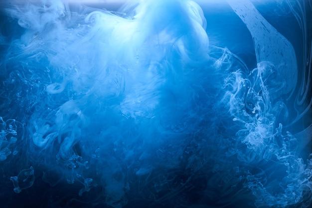 Fundo abstrato do mar azul do oceano, céu de tinta índigo, tinta azul-celeste líquida subaquática, papel de parede de fumaça em redemoinho