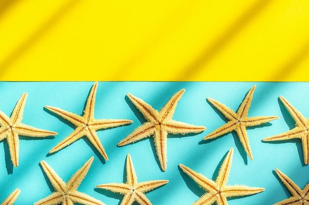 Fundo abstrato do mar marinho. fundo azul amarelo com estrelas do mar, luz dura e sombra