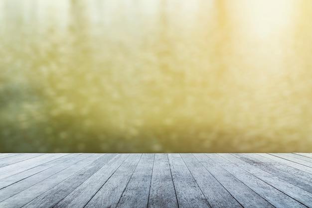 Fundo abstrato do tampo da mesa de madeira com natureza borrada com luminoso.