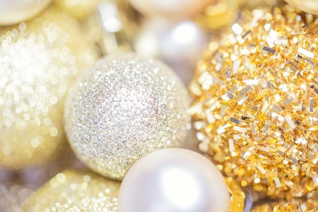 Fundo abstrato dourado com glitter dourado, bola de natal com decoração dourada de natal, fundo desfocado, profundidade de campo rasa