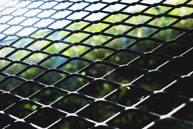 Fundo abstrato grade de metal. textura de treliça com grade de células grandes.