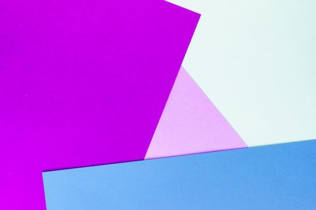 Fundo abstrato papel geométrico de cores roxos, azuis e bege