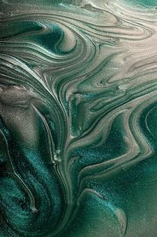 Fundo abstrato turquesa e prata cintilante. conceito de composição. manchas bonitas de laquers de unha líquidos. arte fluida, despeje a técnica de pintura. bom como decoração digital, copie o espaço.