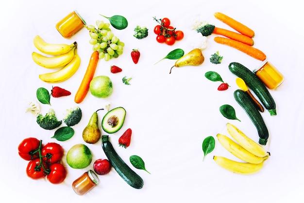 Fundo alimentar de nutrição infantil saudável diferentes frutas e vegetais frescos em fundo branco