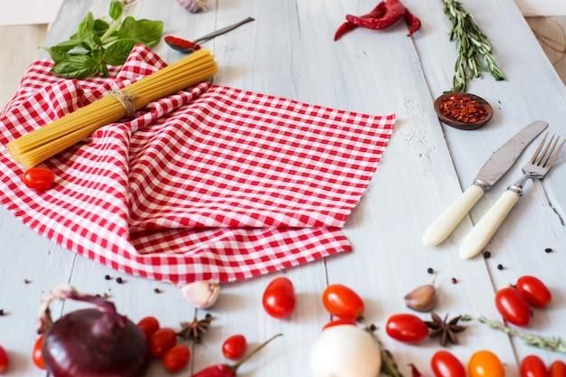Fundo alimentar saudável comer espaguete e especiarias