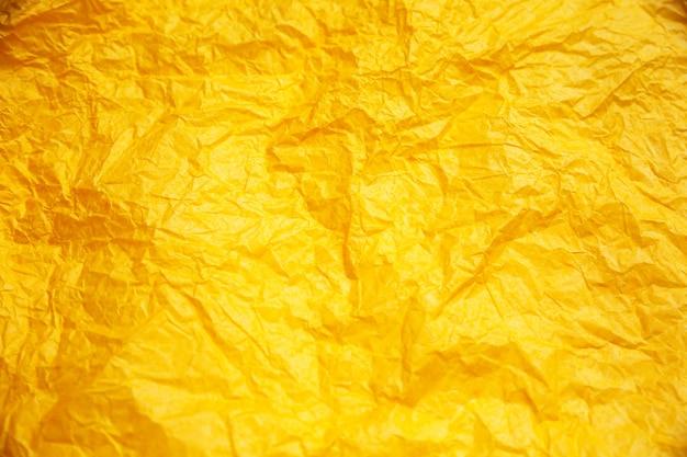 Fundo amarelo amarrotado. textura real da textura de embrulho.