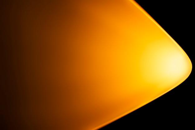 Fundo amarelo claro com lâmpada do projetor de pôr do sol