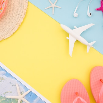 Fundo amarelo com chapéu, mapa e sandálias
