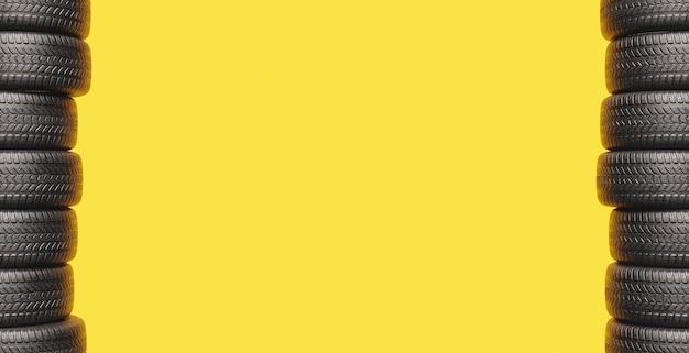 Fundo amarelo com duas colunas de pneus nas laterais e espaço para texto. renderização 3d