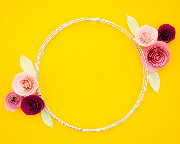 Fundo amarelo com flores de papel fofos