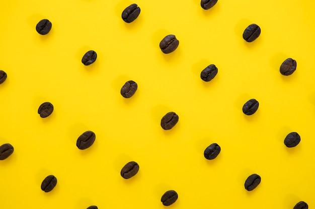 Fundo amarelo com grãos de café