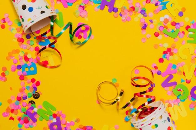 Fundo amarelo com vidros e decoração do partido