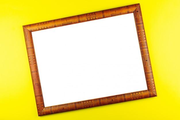 Fundo amarelo de moldura de madeira