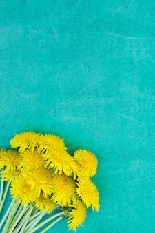 Fundo amarelo e azul de verão