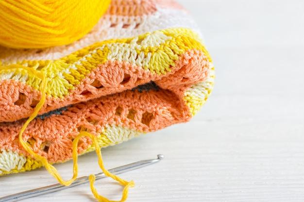 Fundo artesanal de crochê. tecido de malha em cores do outono,