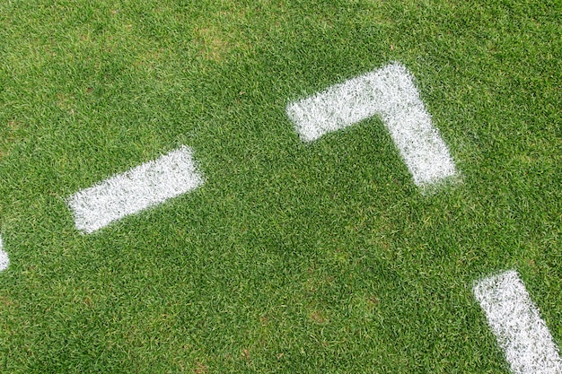 Fundo artificial verde do campo de futebol do futebol do relvado da grama com limite de linha branca. vista do topo