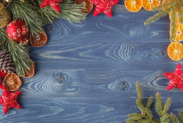 Fundo azul bonito brilhante de natal com galhos de árvore do abeto e um saco de grãos de café e canela