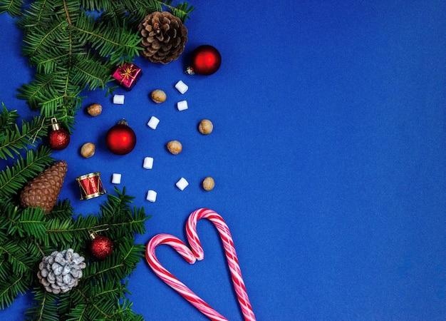 Fundo azul brilhante de natal ou ano novo com ramos de abetos.