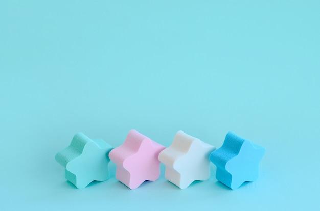 Fundo azul claro cosmético abstrato com as estrelas das esponjas