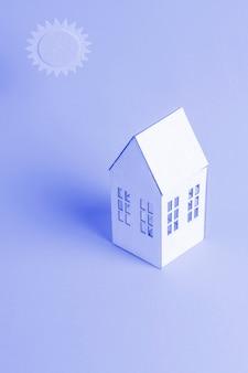 Fundo azul com casa isométrica