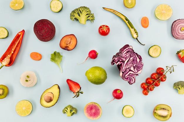 Fundo azul com legumes e frutas