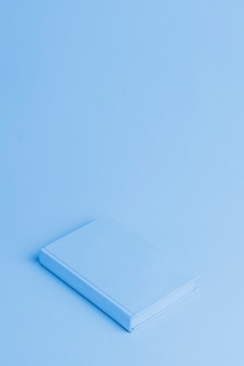 Fundo azul com livro isométrico