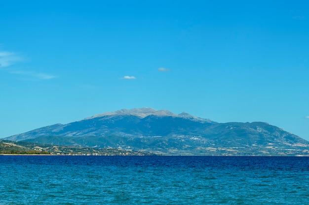 Fundo azul com montanhas e mar na grécia
