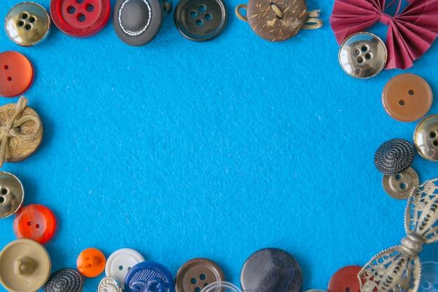 Fundo azul criativo com borda de botões coloridos.