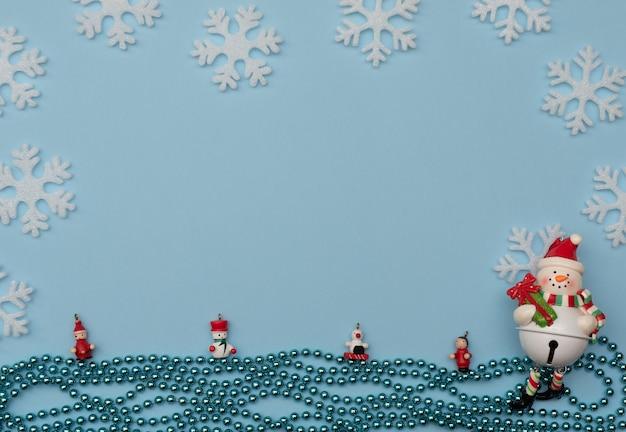 Fundo azul de natal com decorações de natal e flocos de neve brancos