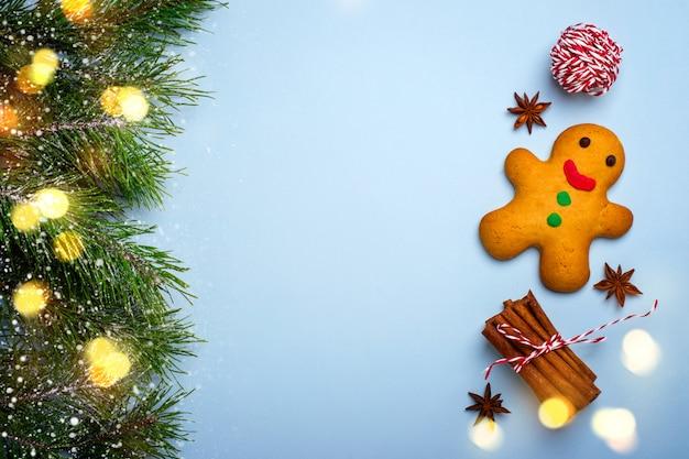 Fundo azul de natal com homem-biscoito e especiarias