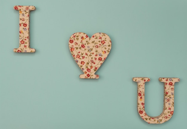 Fundo azul do dia dos namorados com coração e duas letras. cartão de dia dos namorados.