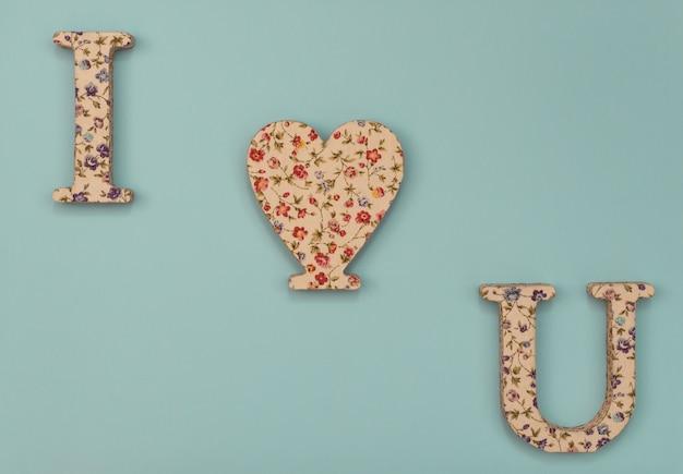 Fundo azul do dia dos namorados com coração e duas letras