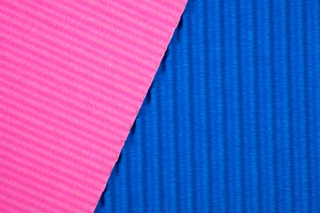 Fundo azul e cor-de-rosa da textura do papel ondulado.