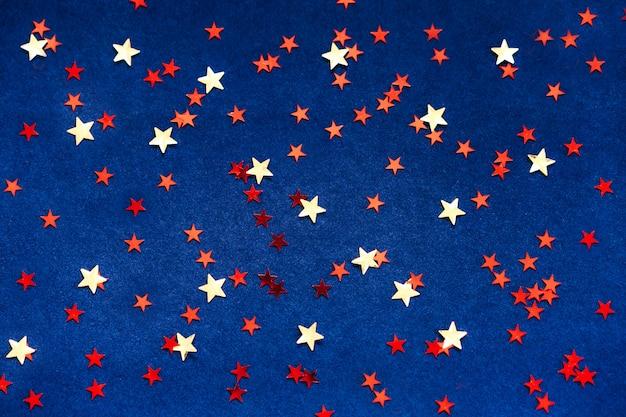 Fundo azul escuro com estrelas amarelas e vermelhas