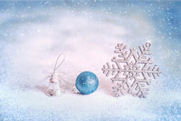 Fundo azul mágico de natal e ano novo com floco de neve