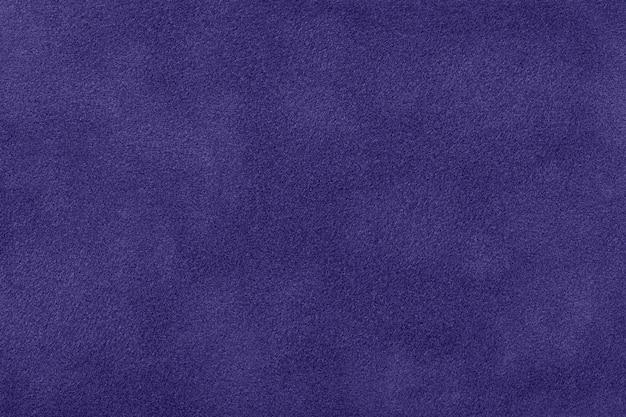 Fundo azul marinho fosco de tecido de feltro de camurça, close up. textura de veludo de têxteis índigo sem costura, macro.