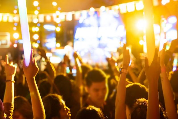 Fundo blur audiência do evento no festival de música ao ar livre