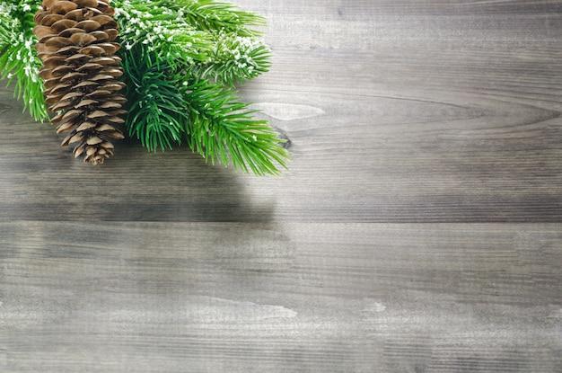 Fundo bonito de madeira de natal com pinhas no canto superior esquerdo