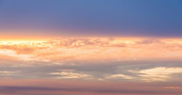Fundo bonito do céu do por do sol na praia.