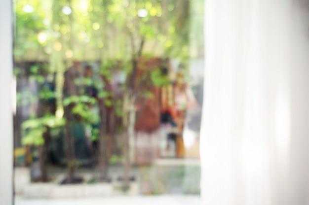 Fundo borrado abstrato da cortina com vista bonita para o jardim. pode ser usado para exibição ou imagem de fundo.