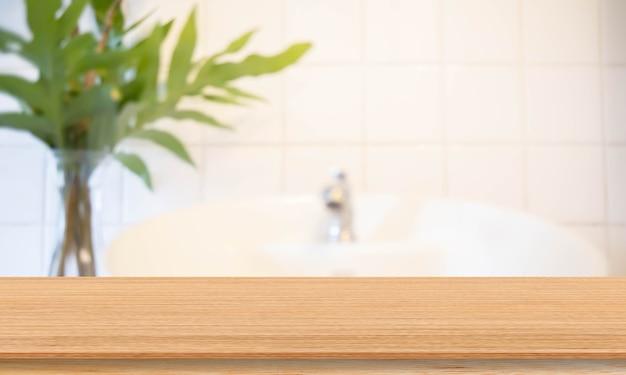 Fundo borrado do banheiro interior moderno com mesa de madeira de perspectiva
