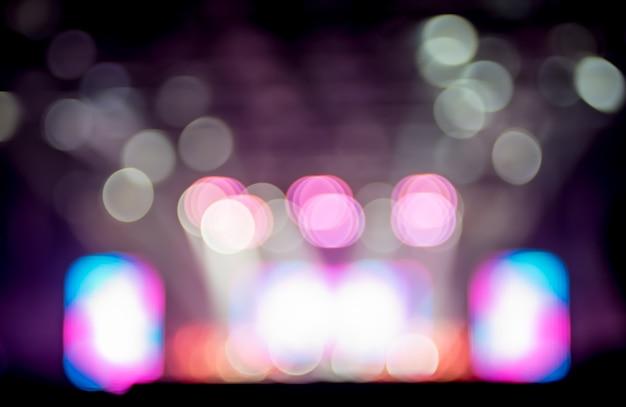 Fundo borrado: iluminação bokeh em concerto com audiência, conceito de showbiz de música
