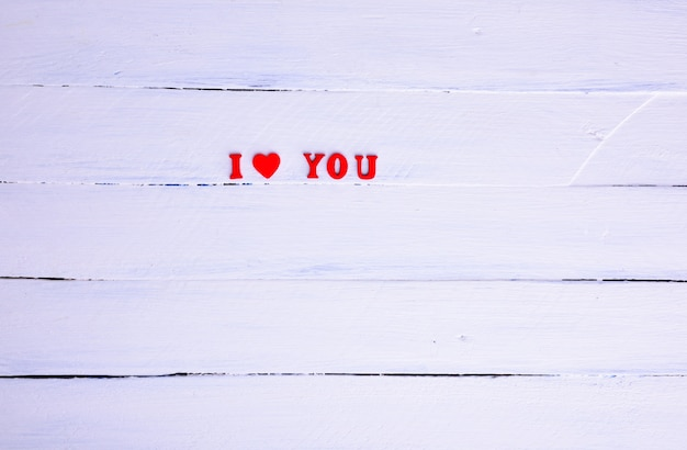 Fundo branco com a inscrição eu te amo